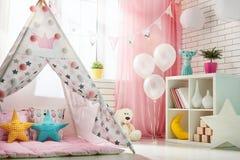Sala de crianças com barraca do jogo imagens de stock royalty free