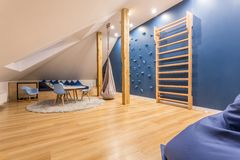 Sala de crianças com parede de escalada fotografia de stock royalty free