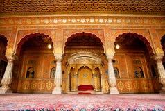 Sala de descanso do Maharaja com os arcos em testes padrões do ouro Imagem de Stock