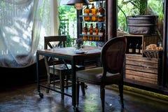 Sala de Dinning com calma e interior estabelecido de relaxamento, estilo asiático fotos de stock