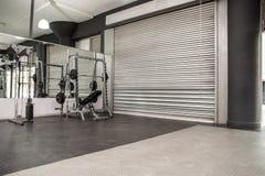 Sala de ejercicio con los obturadores y los espejos fotografía de archivo libre de regalías