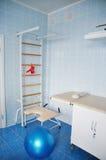Sala de entrega com as barras de parede da ginástica e bola para a mulher de exercício ativa que prepara-se para o parto Foto de Stock Royalty Free