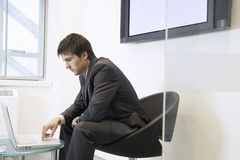 Sala de espera de Using Laptop In del hombre de negocios fotografía de archivo
