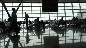 Sala de espera de vidro no aeroporto em uma grande metrópole video estoque