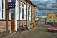 Sala de espera na estação de estrada de ferro velha imagens de stock royalty free