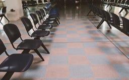 Sala de espera na estação de trem com cadeiras vazias imagem de stock royalty free