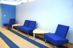 Sala de espera no azul imagens de stock