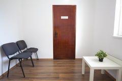 Sala de espera pequena com porta fechado fotos de stock