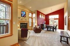 Sala de estar abierta grande moderna con la pared roja. fotografía de archivo