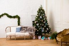 Sala de estar acogedora con las decoraciones del Año Nuevo Imágenes de archivo libres de regalías