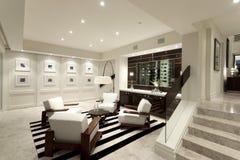 Sala de estar acogedora con una pared de imágenes fotos de archivo libres de regalías