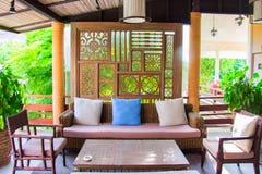 Sala de estar adornada con el sofá y la silla Fotografía de archivo