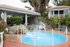 Sala de estar al aire libre alrededor de la fuente azul Imagen de archivo libre de regalías