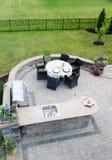 Sala de estar al aire libre en un patio al aire libre Imagen de archivo libre de regalías