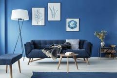 Sala de estar azul imágenes de archivo libres de regalías