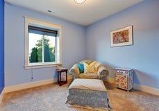 Sala de estar azul clara con resto de la butaca y del pie Imagen de archivo