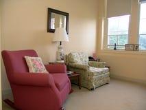 Sala de estar bien iluminada por hora solar Imágenes de archivo libres de regalías