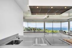 Sala de estar blanca en el chalet moderno Foto de archivo libre de regalías