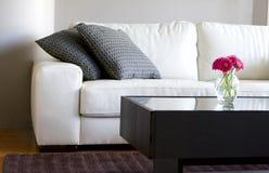 Sala de estar blanca moderna con las margaritas rosadas Fotos de archivo