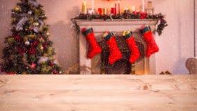 Sala de estar borrosa adornada para la Navidad combinada con nieve que cae stock de ilustración