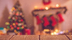 Sala de estar borrosa adornada para la Navidad combinada con nieve que cae almacen de metraje de vídeo