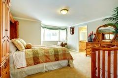Sala de estar brillante con muebles de madera tallados Imagen de archivo libre de regalías
