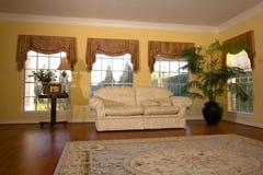 Sala de estar brillante, moderna con el suelo de madera Imagenes de archivo