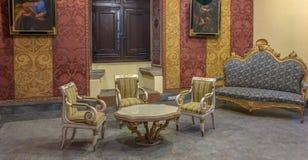 Sala de estar clásica dentro del castillo de caballeros en Rodas imagenes de archivo