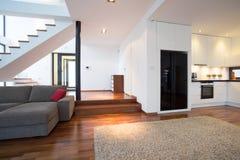 Sala de estar com escadas foto de stock
