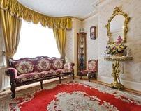 Sala de estar com mobília antiga Imagens de Stock Royalty Free