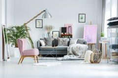 Sala de estar con acentos rosados fotografía de archivo libre de regalías