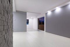 Sala de estar con el nuevo piso laminado imagen de archivo libre de regalías