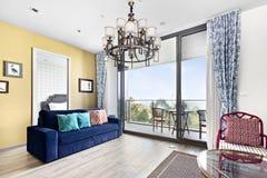 Sala de estar con el seaview en condominio Fotos de archivo