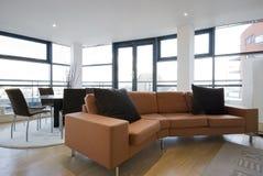 Sala de estar con el sofá anaranjado grande Foto de archivo
