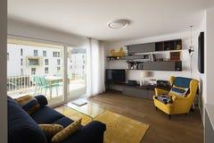 Sala de estar con el sofá azul Imagen de archivo libre de regalías
