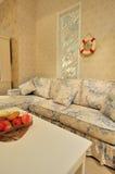 Sala de estar con el sofá florido Fotos de archivo libres de regalías