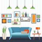 Sala de estar con el sofá y la pequeña tabla Fotografía de archivo