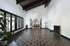 Sala de estar con el suelo de entarimado Imagen de archivo libre de regalías