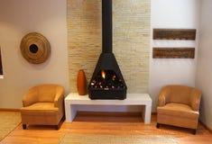Sala de estar con la chimenea Imágenes de archivo libres de regalías