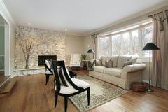 Sala de estar con la chimenea de piedra Imagen de archivo