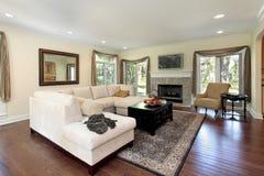 Sala de estar con la chimenea de piedra Imagen de archivo libre de regalías