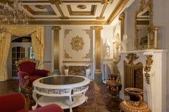 Sala de estar con la chimenea en la representación clásica del estilo 3d Imágenes de archivo libres de regalías