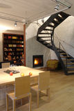 sala de estar con la chimenea y la escalera Fotografía de archivo libre de regalías