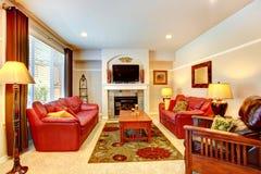 Sala de estar con la chimenea y la TV en casa de lujo Fotografía de archivo