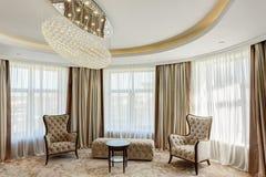 Sala de estar con la lámpara cristalina en el centro del techo fotografía de archivo libre de regalías