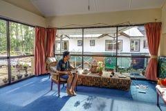 Sala de estar con la luz soleada imágenes de archivo libres de regalías