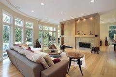 Sala de estar con la pared de ventanas Imagen de archivo libre de regalías
