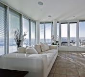 Sala de estar con la puerta de acceso del terracce imagen de archivo