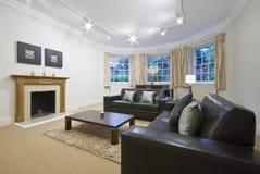 Sala de estar con la ventana de bahía grande fotografía de archivo