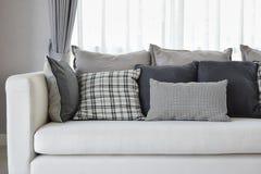 Sala de estar con las almohadas comprobadas blancos y negros del modelo Imagenes de archivo